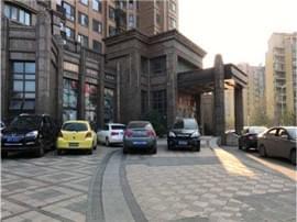 市民质疑南昌东方·海德堡小区门前停车乱收费