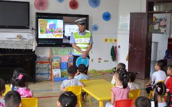交警走进幼儿园  带着萌娃学安全