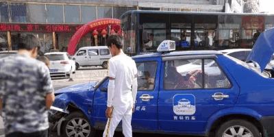 一出租车为躲避行人撞断七节护栏 一截刺进驾驶室