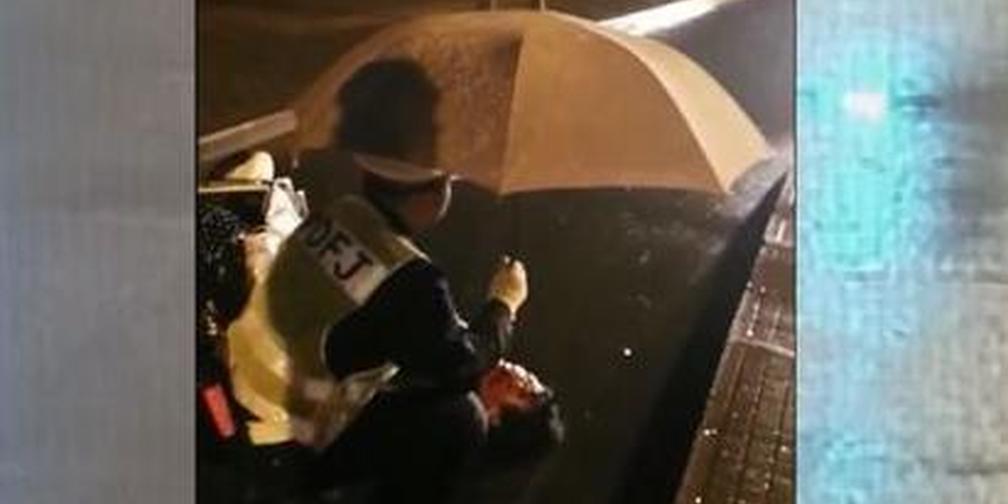 男子雨夜骑车摔伤 辅警蹲下为其撑伞20分钟