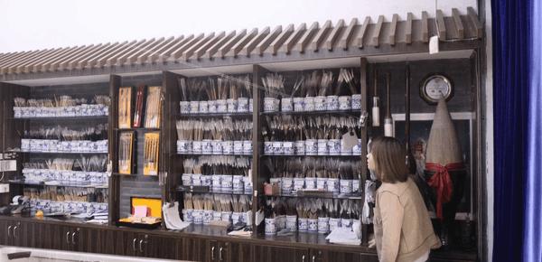 """杭州老店用""""钢丝收银"""":钱在头上飞来飞去"""