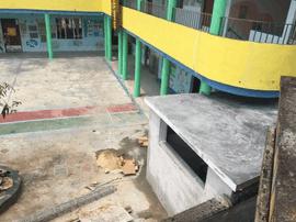 新会区一幼儿园厕所建在一村民家门口
