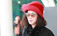 金星戴红帽展贵妇气质