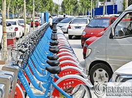 """公共自行车被私家车""""包围""""存取不便"""