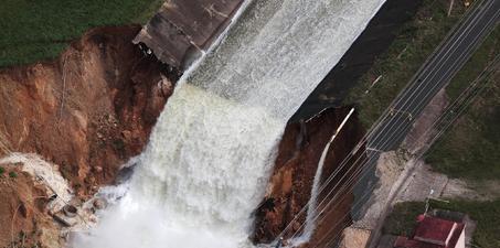 飓风致波多黎水坝溃决 约7万人疏散
