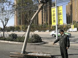 水泥线杆被撞成三截仍坚守岗位 市民:下岗吧
