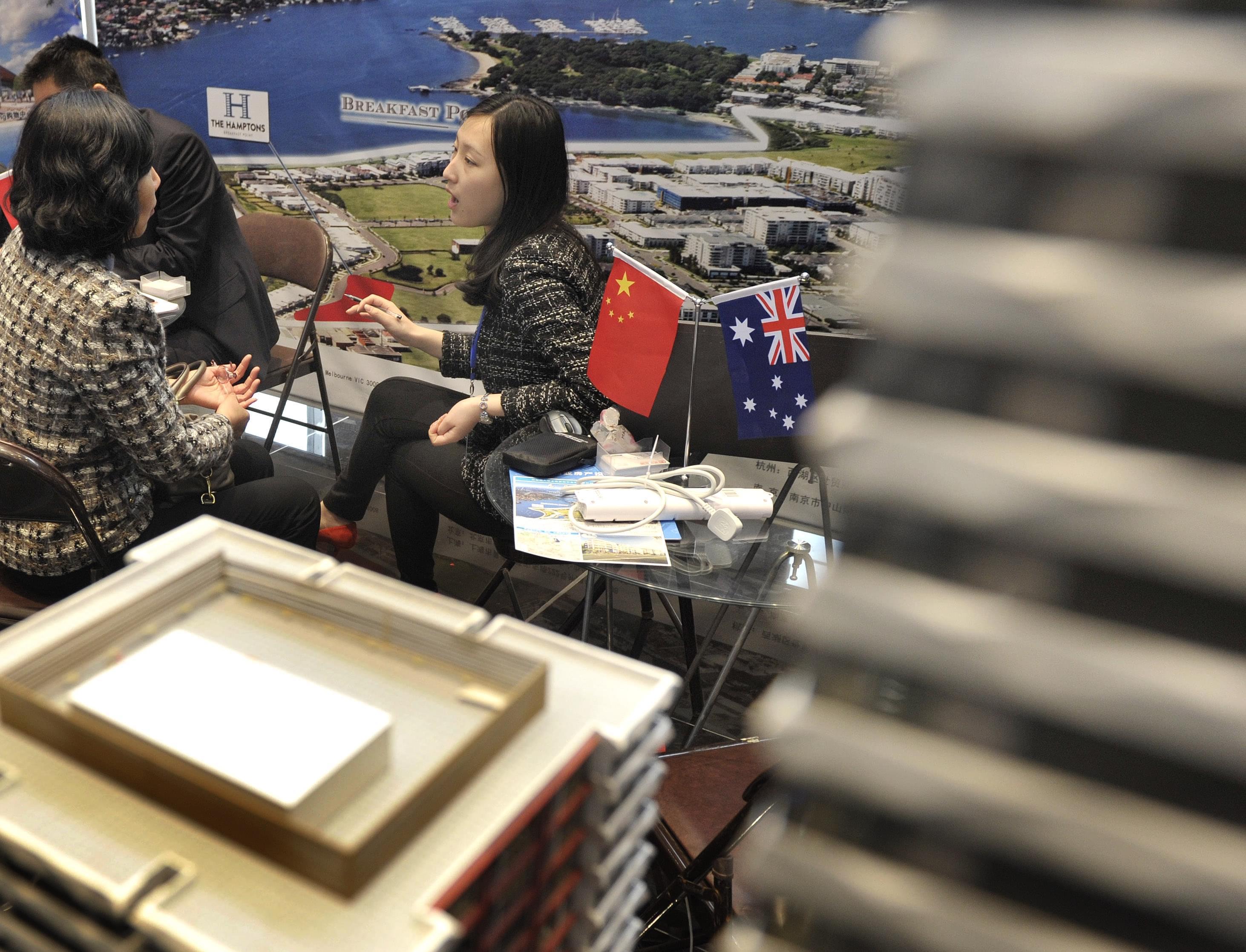 2013年04月20日,江苏省南京市,海外房产展销会上房地产中介机构推介澳洲投资移民项目。/CFP