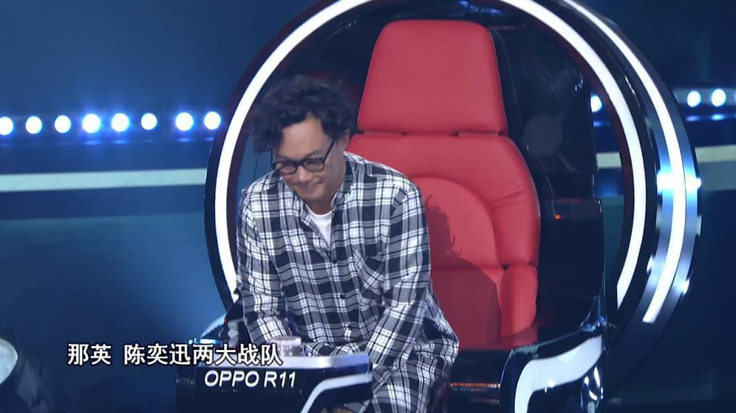 """《中国新歌声》周杰伦陈奕迅""""情侣装""""神同步"""