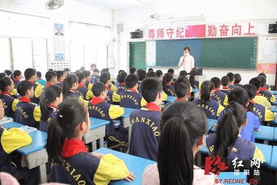 湖南女教师不慎摔伤颈椎脱位 戴颈托坚持上课