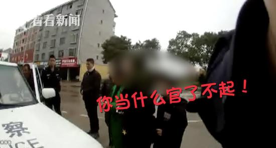遮挡号牌遭罚妻女拦车辱警被拘 辱警袭警都属违法