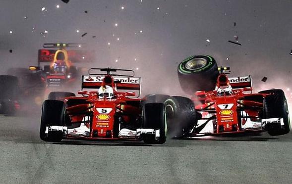 法拉利自相残杀 两车首圈相撞退赛