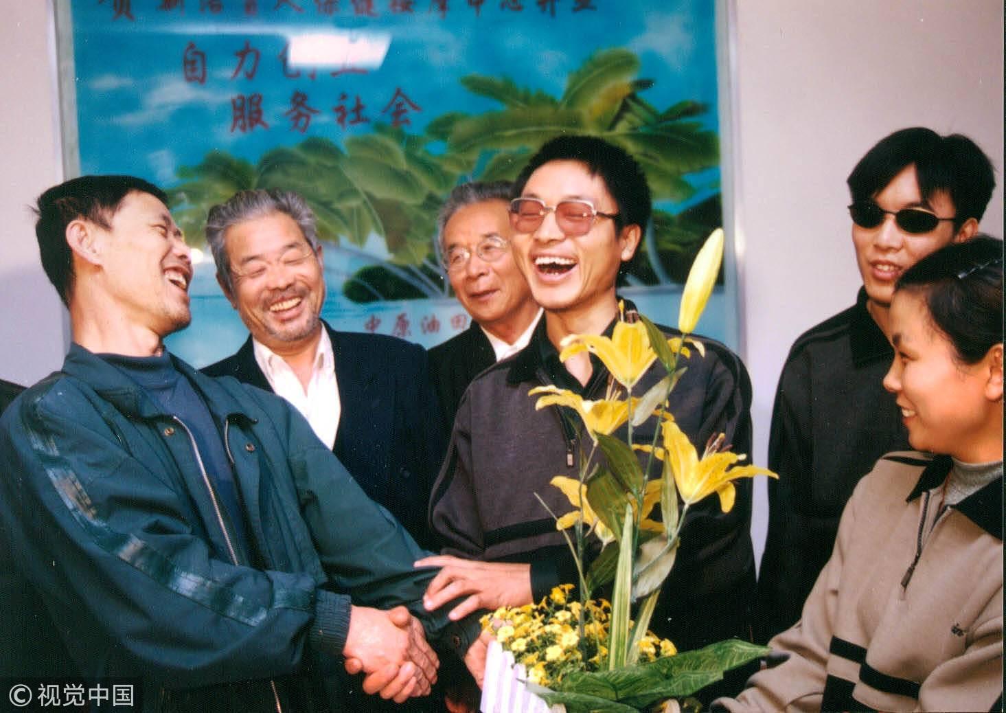 2002年5月15日,河南濮阳,盲人按摩师被作为宣传典型写入宣传报道中。/视觉中国