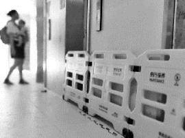 福州一小区住户楼道放鞭炮触发喷淋头水淹电梯