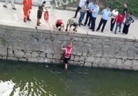 考生走路甩手误将准考证扔河里 消防员跳河打捞