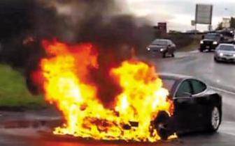 车辆发生撞击后起火 司机被困 警民紧急施救