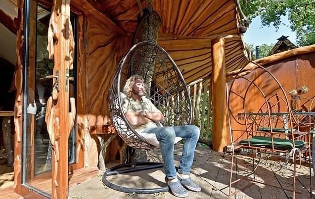 城会玩!英夫妇在露营地打造了豪华树屋