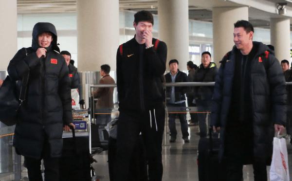 中国男篮抵达北京 李楠王哲林谈笑风生