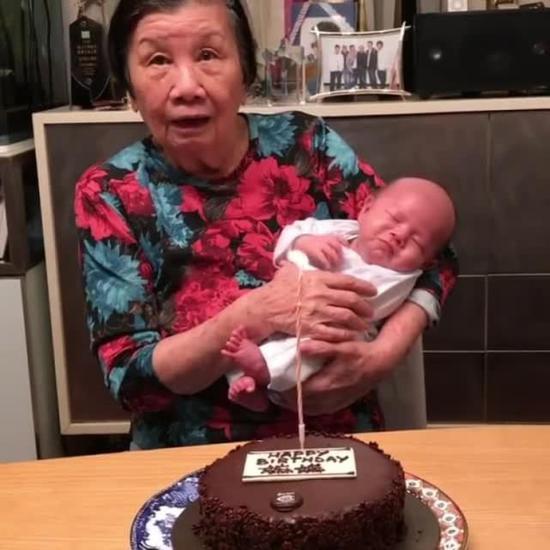苏妈妈怀抱孙子