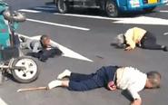 兴化一路段电三轮翻车 3老人倒地受伤
