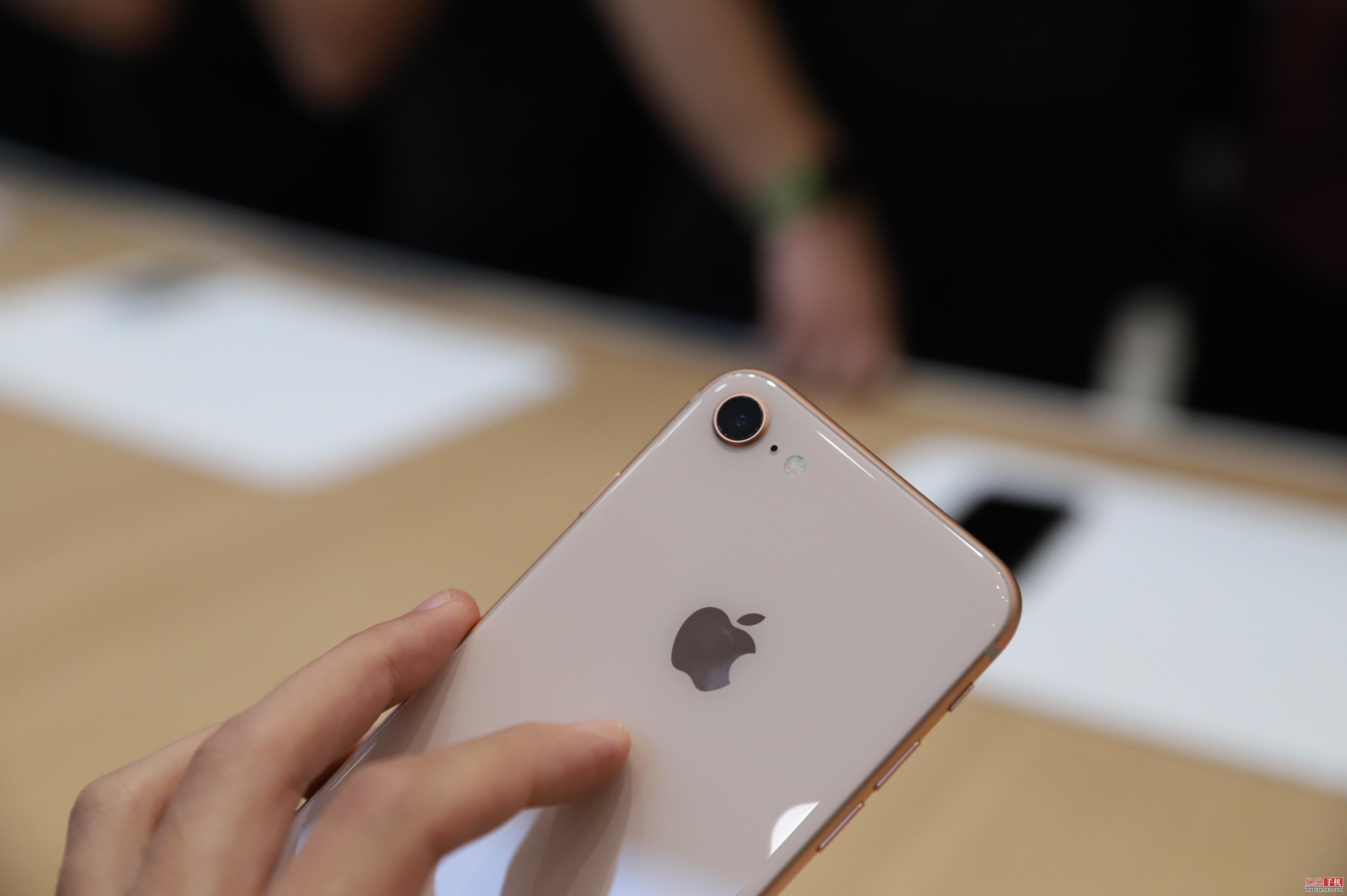 支持无线充电 iPhone 8/8Plus选用玻璃背板