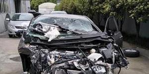 轿车被撞粉碎濒临报废 安全气囊未弹开