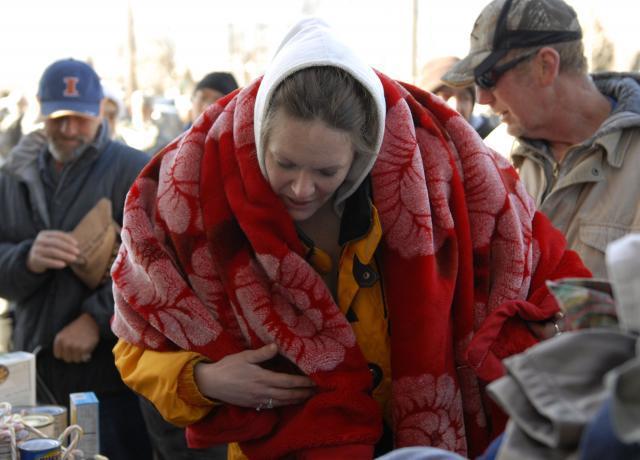 美国,接收到了捐赠的毛毯的流浪女人。/Army.mil