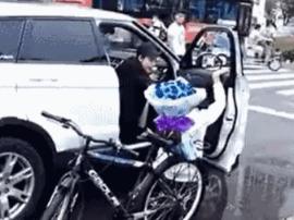 男子骑车带玫瑰求爱 女子坐路虎一脚将其踹翻