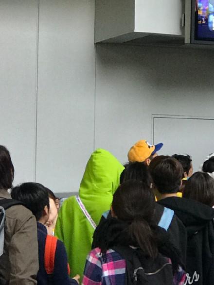 偶遇杨幂张大大同游日本 穿卫衣背小黄人超可爱