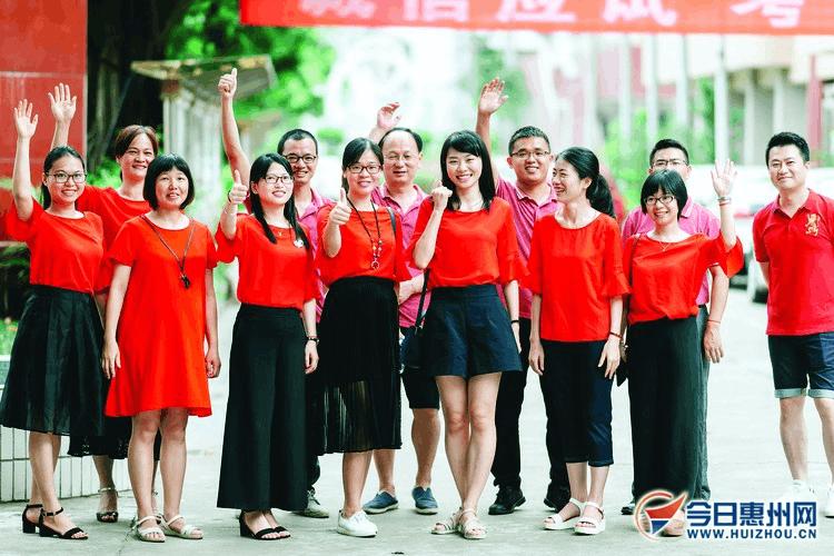 高考红:惠州老师家长穿红衣旗袍 祝考生鸿运当头