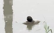姜堰发现一具浮尸 脚上绑着背包装满砖块