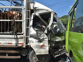 漳州一货车与公交车相撞致1人被困 消防紧急救援