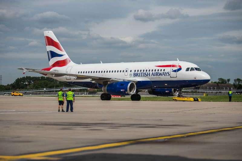 英航使用遥控电动飞机牵引车拖移A320客机