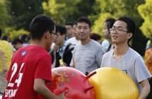 高三学生为减压踩爆1.3万只气球