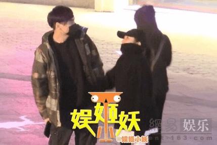 """何洁被曝新恋情 与知名乐手""""共宿""""还一起带娃"""