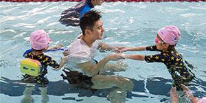 孩子王!宁泽涛当游泳教练教游泳