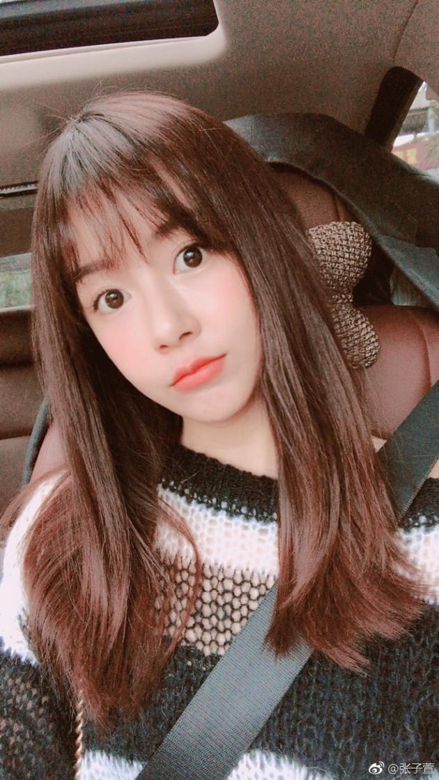 张子萱早起自拍心情好 瞪眼卖萌少女感十足