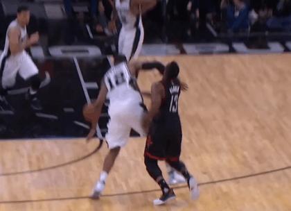 【影片】Aldridge一肘直擊哈登面門 裁判認定為普通爭搶犯規-Haters-黑特籃球NBA新聞影音圖片分享社區