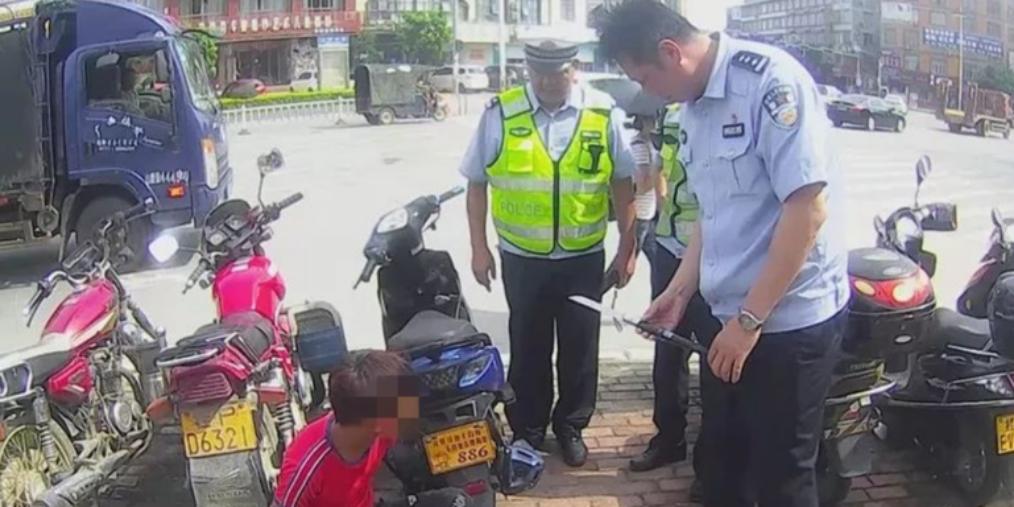 15岁男子驾驶无牌摩托车被查出违禁品