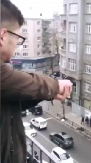 乌克兰学生从自家阳台朝马路开枪还上网炫耀