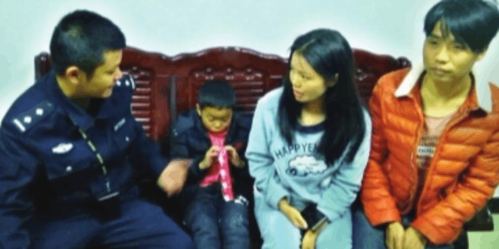 民警化身超级奶爸 帮助寻找小男孩家人
