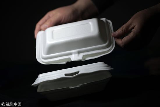 """2013年5月3日,被禁14年的一次发泡塑料餐具于5月1日正式迎来""""解禁日""""/视觉中国"""