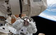 宇航员创太空行走新纪录