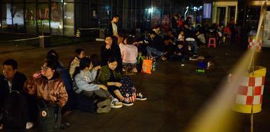 为落户天津 他们自带干粮通宵排队席地而睡