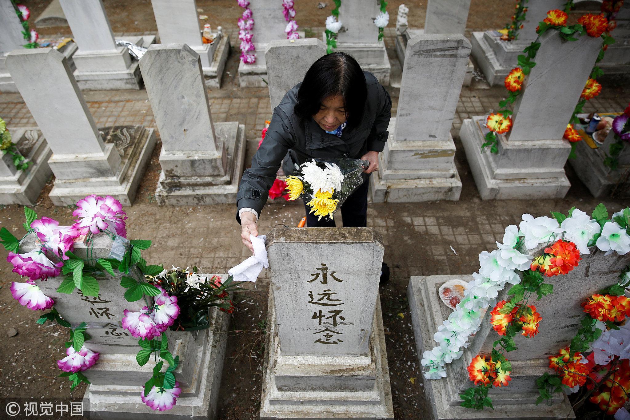 2018年4月4日,北京,清明节临近,民众前往八宝山公墓祭奠逝者。图/视觉中国