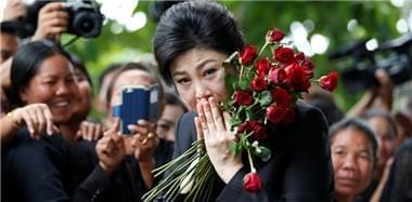 英拉出席大米收购案最后庭审 获支持者献花