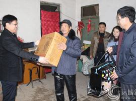 闻喜:团县委联合县慈善总会为贫困户送去温暖