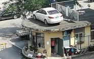 辽宁一轿车被吊上房顶