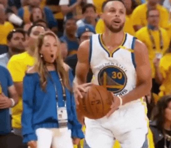 【影片】美媒質疑Curry戲耍詹皇一球是違例!慢鏡頭顯示二次運球?