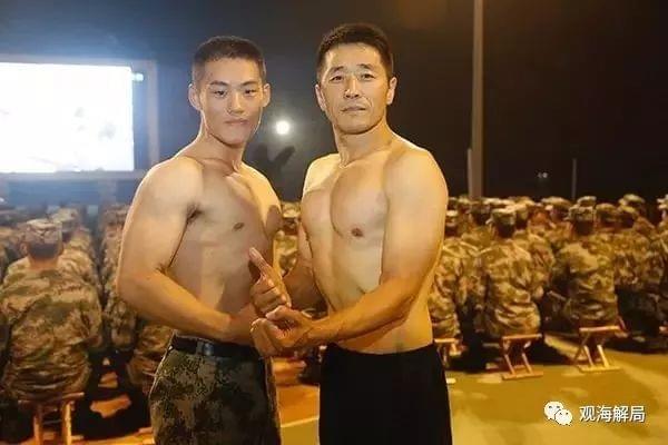 特战旅官兵练起瑜伽 政委一身肌肉被称金牌教练