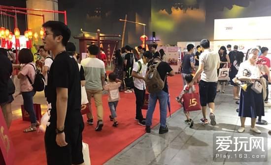 嘉年华现场,许多人都带着自己的孩子出席